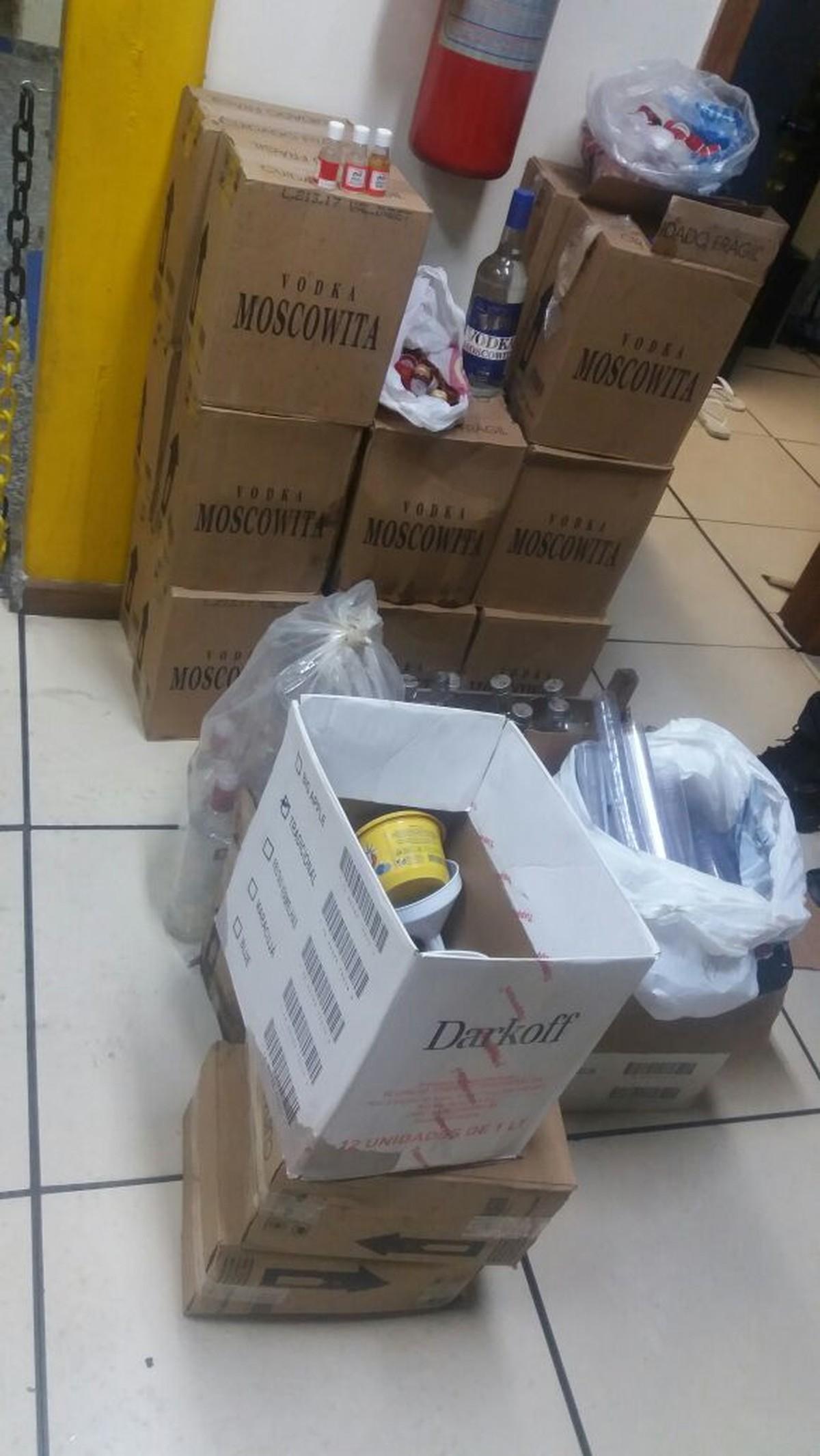 Homem com dois mandados por tentativa de homicídio é detido com bebidas falsificadas em Cabo Frio, no RJ