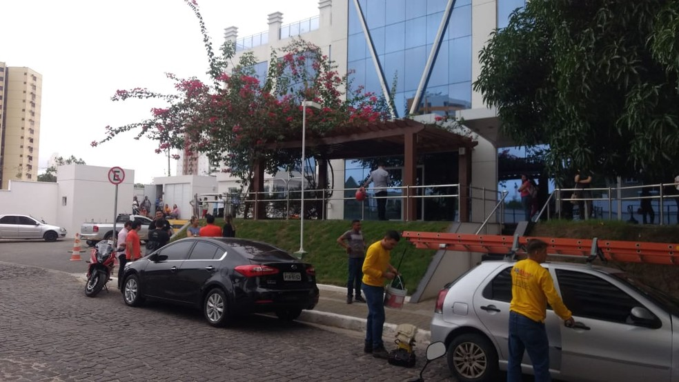 Criminosos invadiram sala no 10º andar de prédio na Zona Leste de Teresina.  — Foto: Helder Vilela/TV Clube