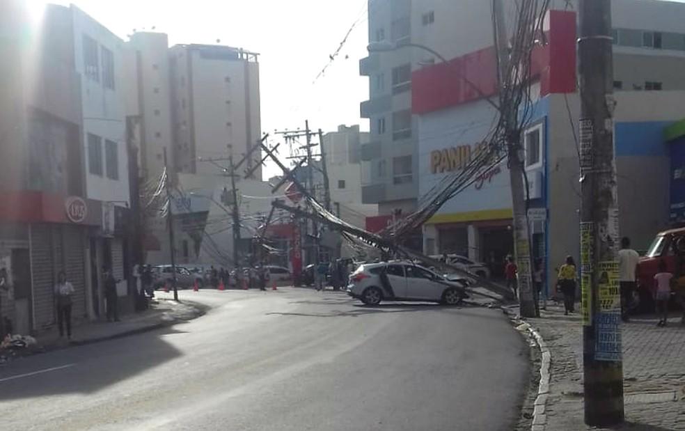 Por conta da queda dos postes, a região próxima ao acidente está sem energia elétrica — Foto: Daniel Bahia/Arquivo Pessoal