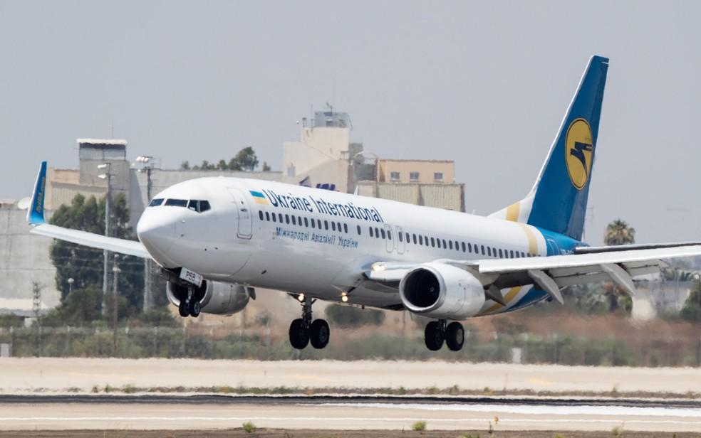 Imagem de julho de 2017 mostra Boeing 737 da Ukraine International Airlines, semelhante à aeronave envolvida num desastre perto do Aeroporto de Teerã nesta quarta-feria (8)  — Foto: Jack Guez/AFP