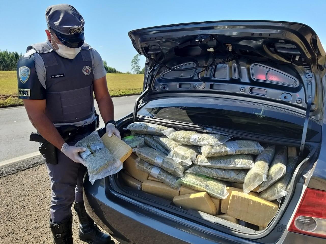 Mulher é presa após abandonar carro lotado com drogas às margens de rodovia no interior de SP
