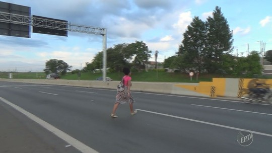 Sem passarela, moradores se arriscam ao atravessar diariamente a Rodovia Anhanguera em Limeira