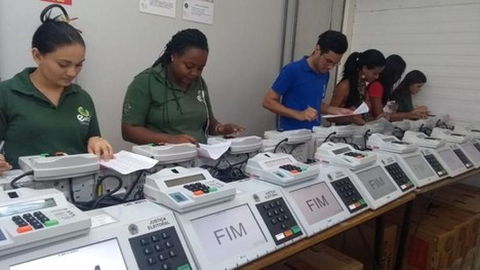 Urnas e equipes já estão em zonas eleitorais do Tocantins (Foto: Lucas Nascimento/TRE)