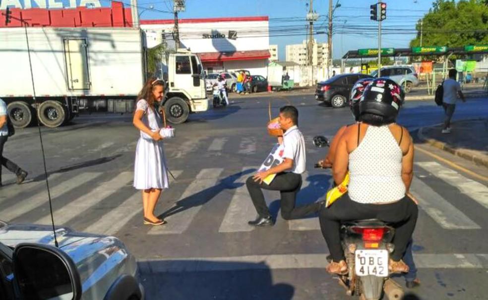 No semáforo, João se ajoelhava e simulava um pedido de casamento  (Foto: Maria Rafaela Silva dos Santos/ Arquivo pessoal)