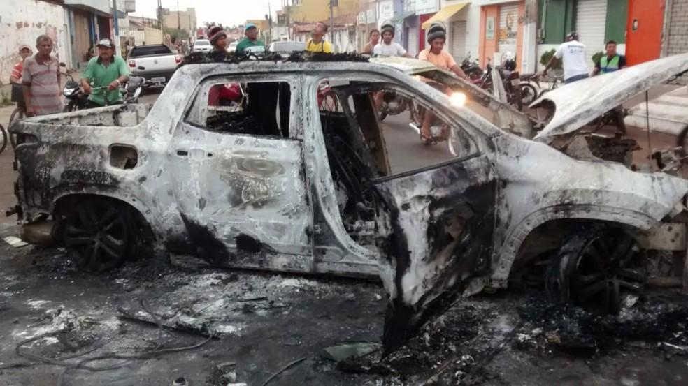 Durante ação em Bacabal os criminosos queimaram veículos — Foto: Erisvaldo Santos/TV Mirante