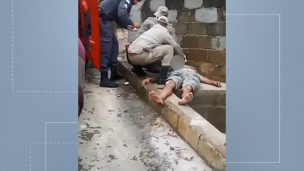 Homem que furtou carro e bateu em poste em Guarapari foi socorrido após ser agredido pela população — Foto: Reprodução/TV Gazeta