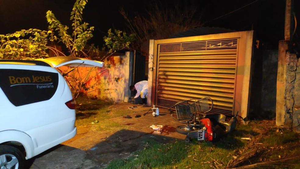 Suspeito chegou atirando no local onde as vítimas estavam — Foto: Adílson Domingos