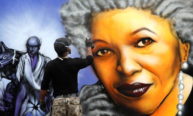 Ícone pop: artista completa grafite com o rosto de Toni Morrison em Paris, em 2010