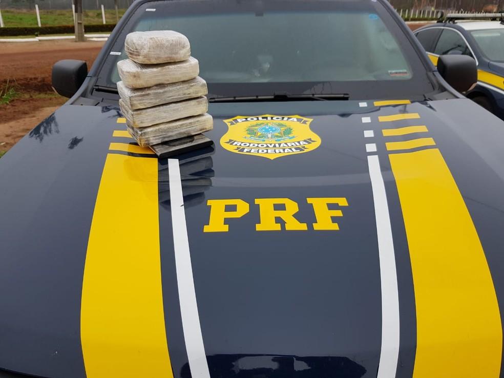 Ao todo, tabletes apreendidos em ônibus pesaram 17 quilos de cocaína — Foto: PRF/Divulgação