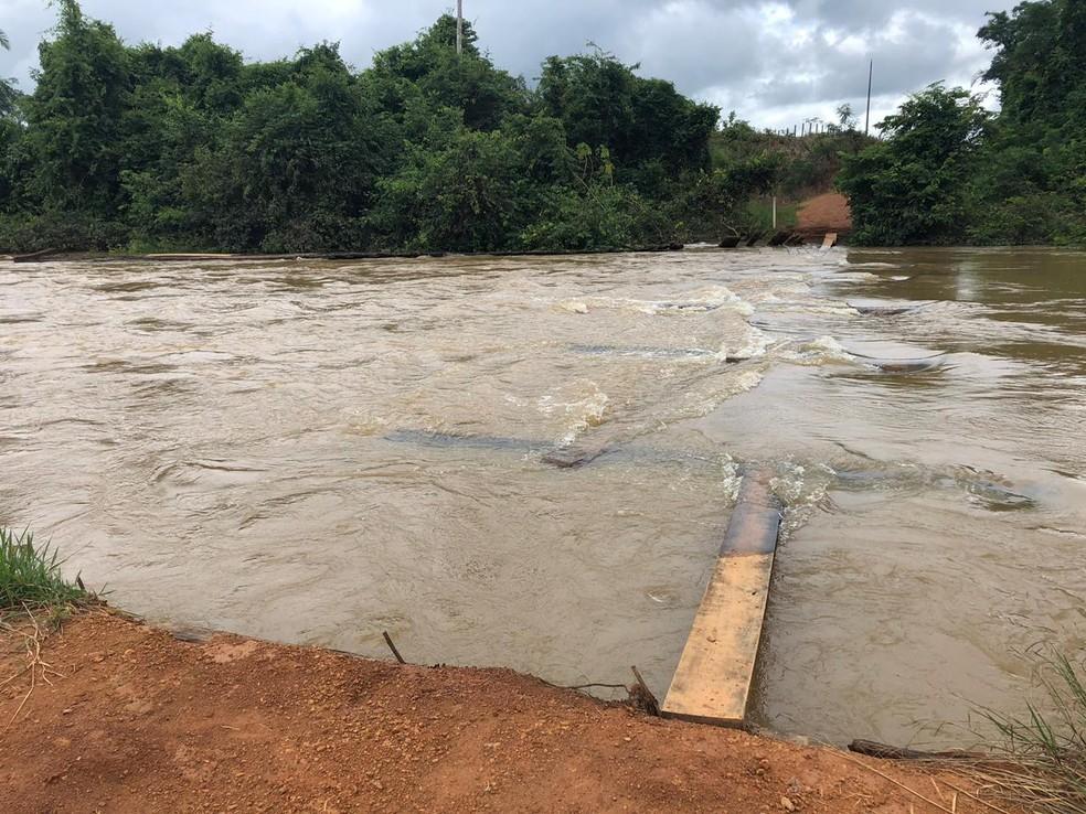 Rio Branco estava passando por cima das colunas da ponte nesta sexta-feira (1°). — Foto: Jeferson Carlos/G1