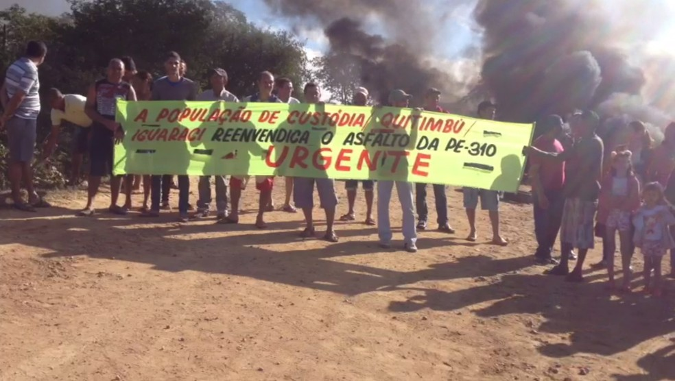 Grupo levou cartazes para o protesto (Foto: Caren Diniz/TV Asa Branca)