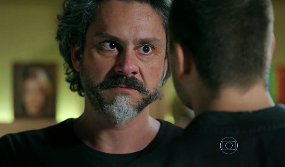 José Alfredo (Alexandre Nero) expulsa João Lucas (Daniel Rocha) da casa de Maria Isis (Marina Ruy Barbosa) - 'Império' — Foto: Globo