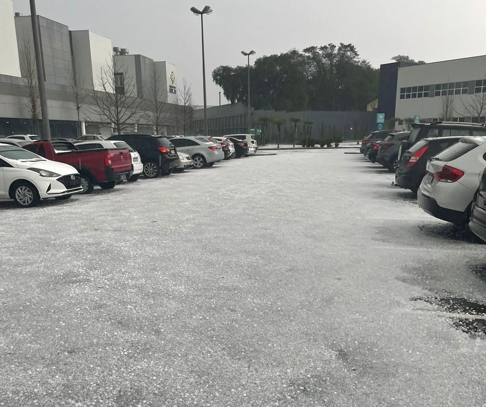 Estacionamento do Hospital do Rocio, em Campo Largo, ficou coberto de gelo — Foto: Arquivo pessoal/Lais Prigol