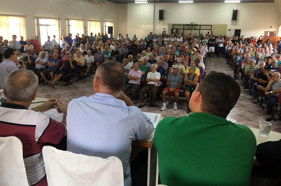 Proposta para resolver impasse do Portus foi apresentada para os portuárias, durante assembleia, nesta quarta-feira — Foto: Solange Freitas/G1