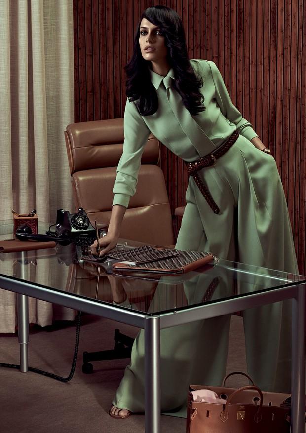 A vida sedentária com horas na cadeira é inimiga da coluna e da postura (Foto: Zee Nunes/Arquivo Vogue)