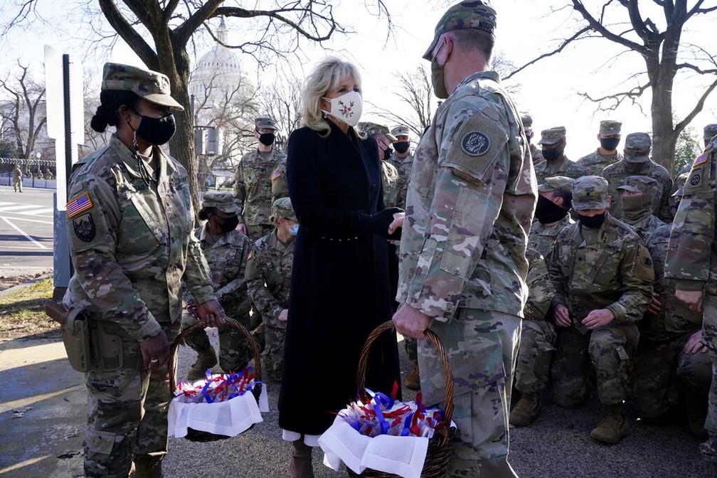 Jill Biden, primeira-dama dos EUA, entrega biscoitos a militares da Guarda Nacional em Washington D.C. nesta sexta (22) — Foto: Jacquelyn Martin, Pool/AP Photo