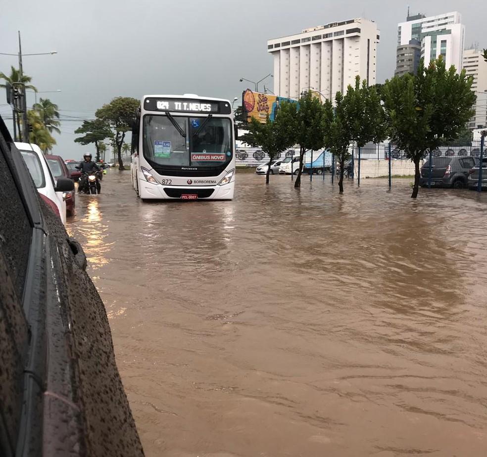 Avenida Antônio de Góes, no Pina, Zona Sul do Recife, ficou alagada nesta quinta-feira (13) — Foto: Reprodução/WhatsApp