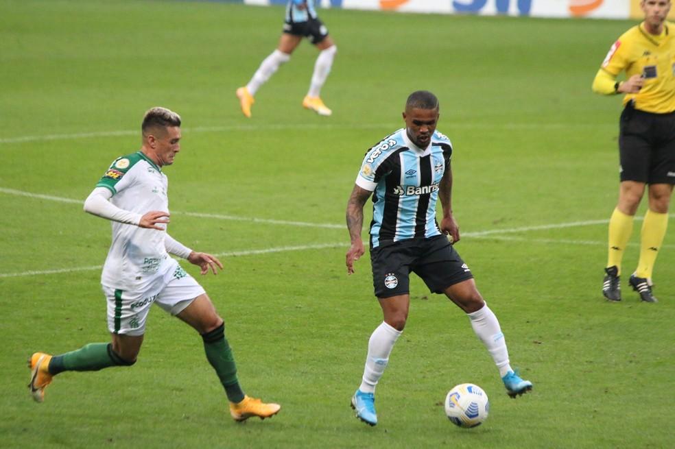 Douglas Costa em empate do Grêmio — Foto: Eduardo Moura/ge