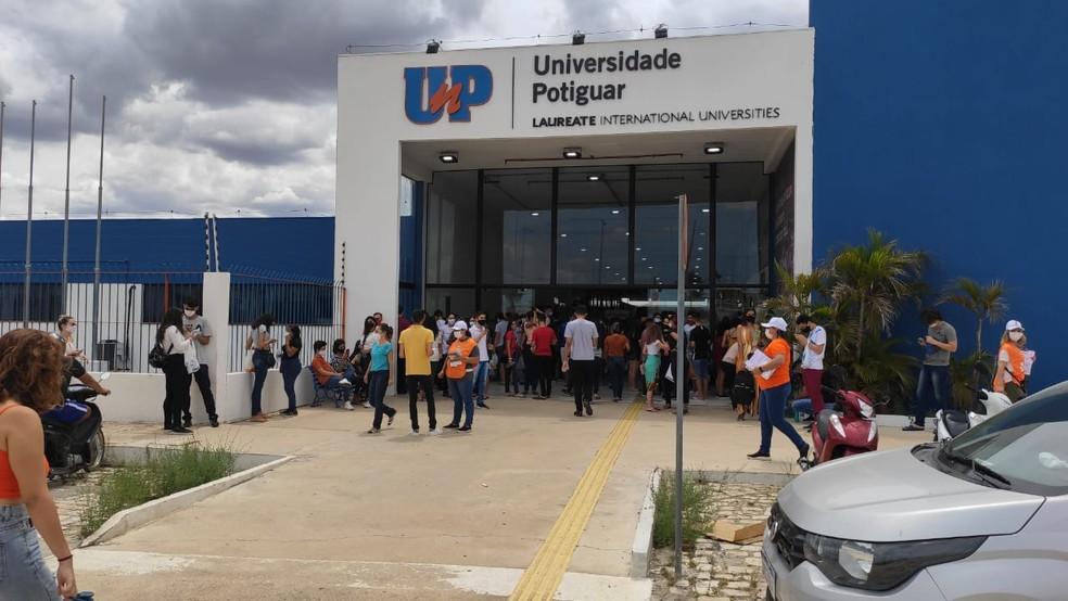 ENEM 2020 - 17/01/2021 - Candidatos na entrada do maior local de provas em Mossoró, no Oeste potiguar. São 4 mil candidatos inscritos no local. — Foto: Isaiana Santos/Inter TV Costa Branca