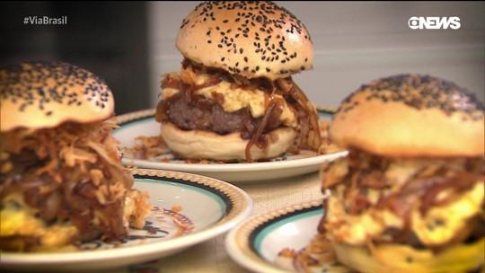 """Aprenda a fazer o """"oxente burguer"""", um hambúrguer de carne de sol"""