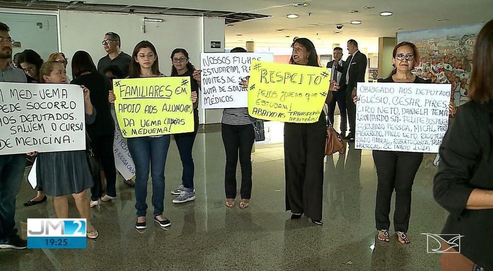 Familiares alunos de medicina da UEMA de Caxias prostestaram na Assembleia Legislativa contra a entrada de alunos de instituições particulares — Foto: Reprodução/TV Mirante
