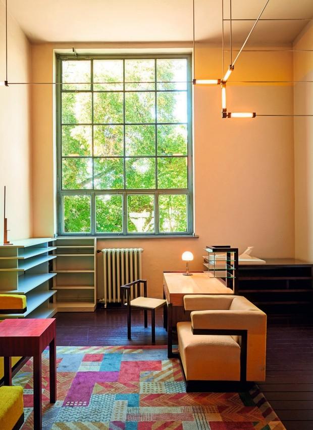 Diretoria A sala de Gropius, em Weimar, foi decorada com móveis criados na escola, como a cadeira F51, assinada por ele, e o tapete de Gertrud Arndt (Foto: Samuel Zuder / Thüringer Tourismus GmbH)