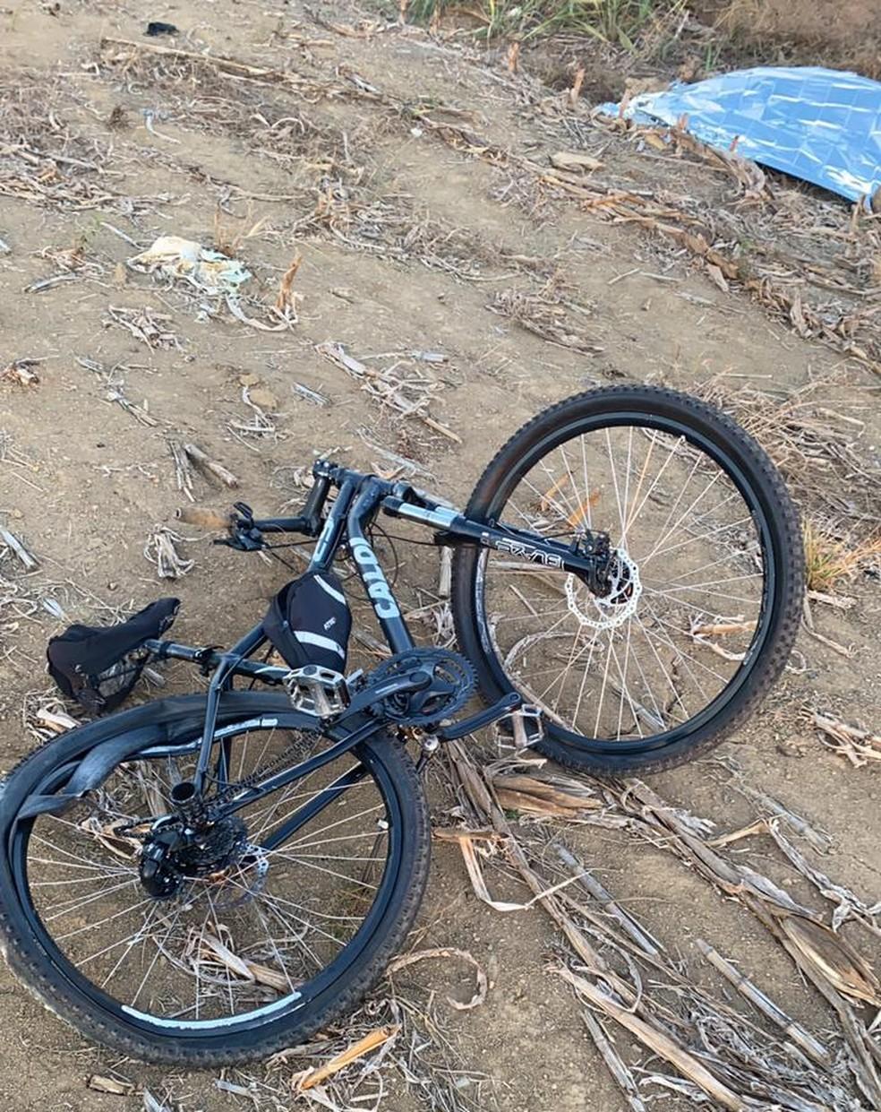 Bicicleta da vítima de acidente na BR-421, em Ro — Foto: PRF/Reprodução