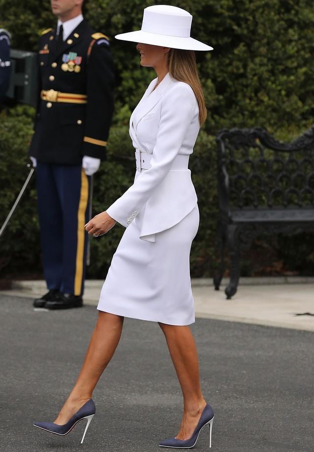 Melania Trump opta por look branco total e chapéu para receber o presidente e a primeira-dama da França em Washington. (Foto: Getty Images)