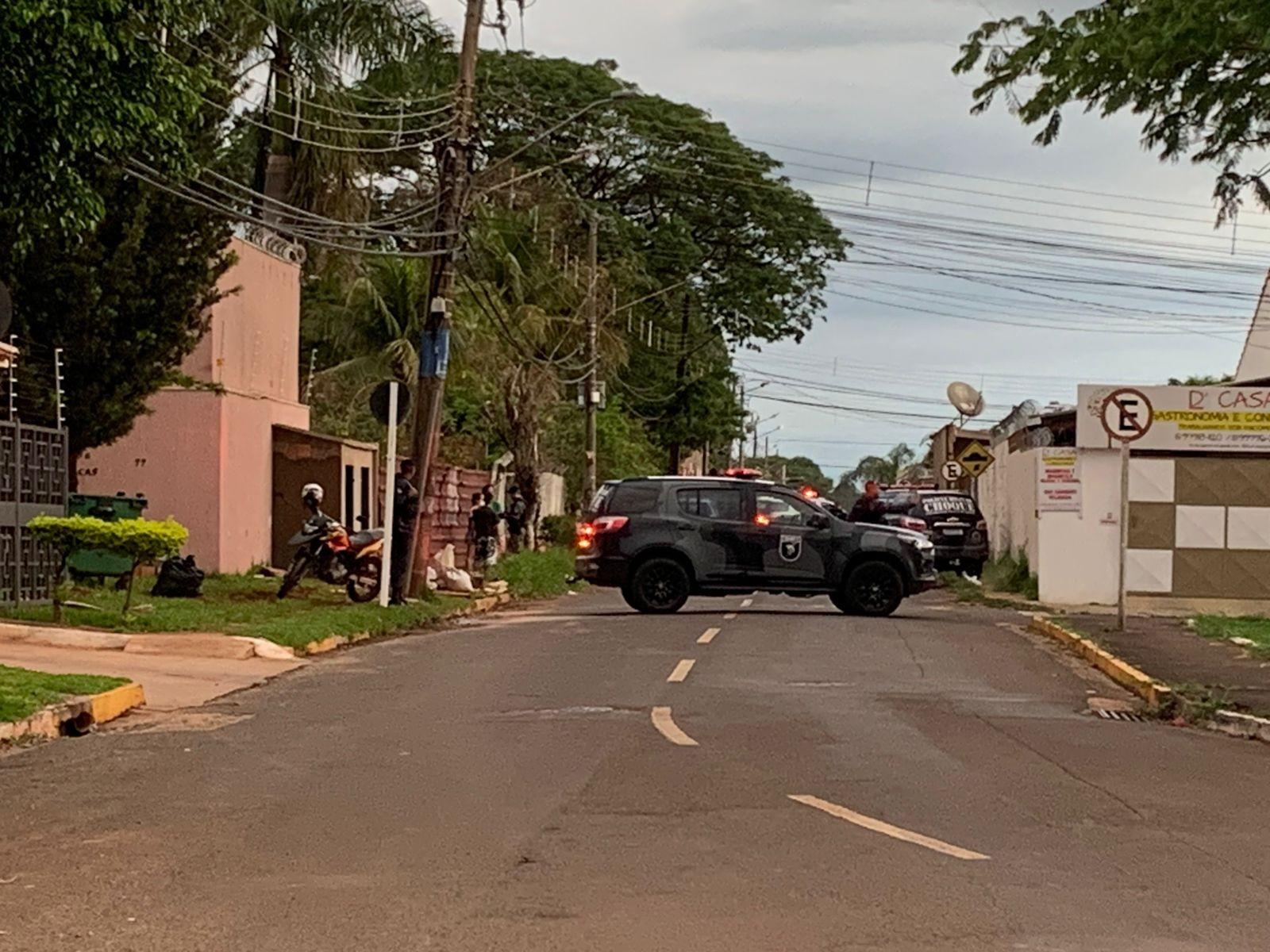 Presos por fazerem reféns em bairro de Campo Grande dizem que bebiam pinga e queriam furtar cadeiras de fio