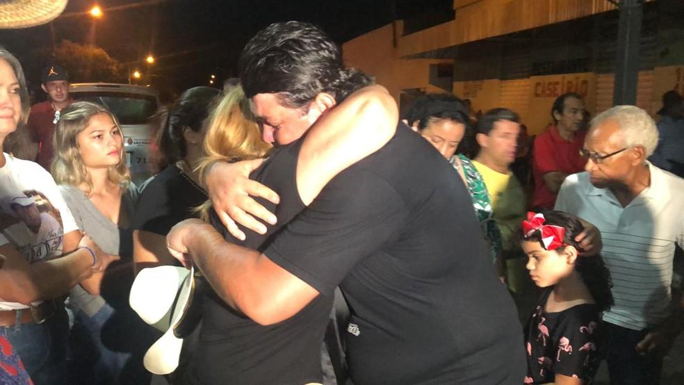 Mulher de Asa Branca é abraçada na chega do corpo em cidade natal — Foto: Diogo Nolasco/TV TEM