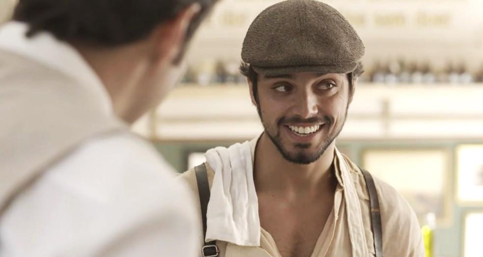 Ernesto se mete na conversa e dá conselhos para Camilo. Sabe de tudo! ??? (Foto: TV Globo)