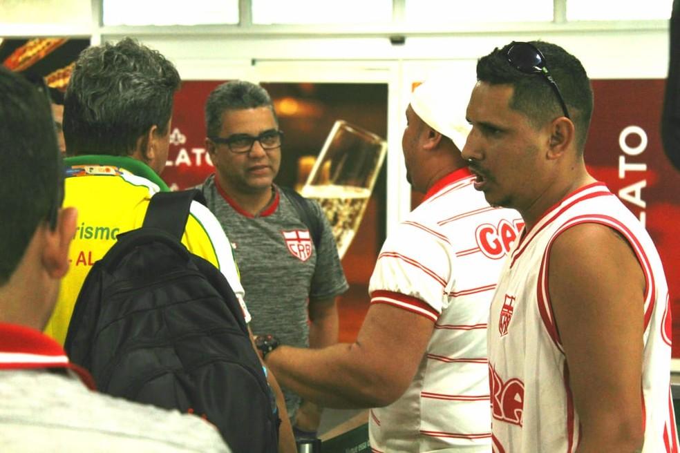 Torcedores pressionaram o técnico Marcelo Cabo no desembarque, mas não houve agressões — Foto: Mac Cavalcante/GloboEsporte.com