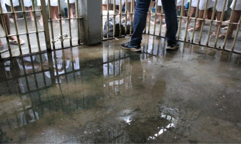 Unidade abriga o triplo de presos que a capacidade máximo — Foto: Reprodução