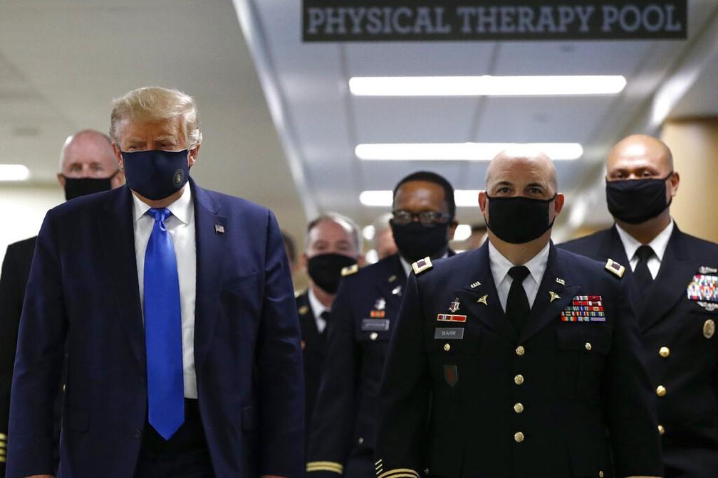 Trump aparece pela primeira vez em público usando máscara — Foto: Associated Press