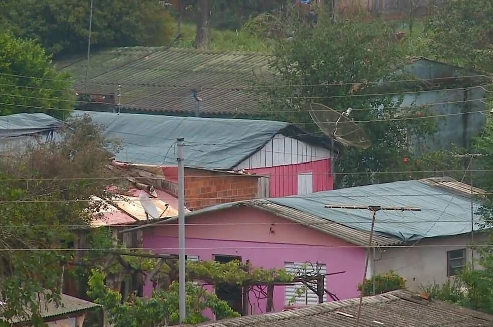 Casas foram destelhadas durante temporal no Rio Grande do Sul (Foto: Reprodução/RBS TV)