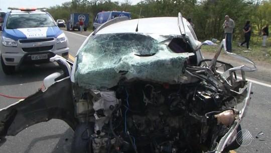 Seis pessoas morrem após batida frontal entre dois carros na BA, diz PRF