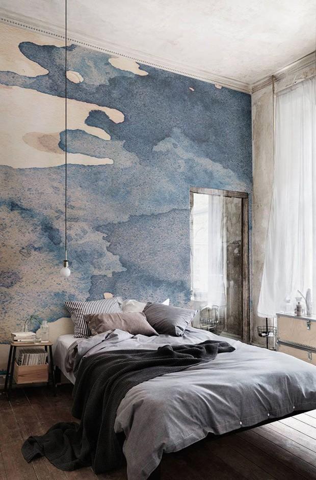 Décor do dia: papel de parede azul se destaca no quarto de casal