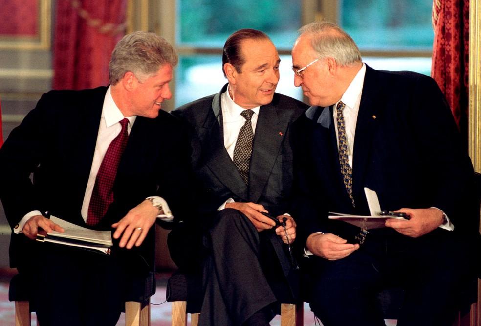 O ex-presidente dos EUA, Bill Clinton, o ex-presidente da França, Jacques Chirac, e o ex-chanceler alemão Helmut Kohl — Foto: Reuters