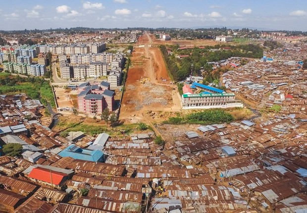Desigualdade em Nairobi, no Quênia (Foto: Johnny Miller)
