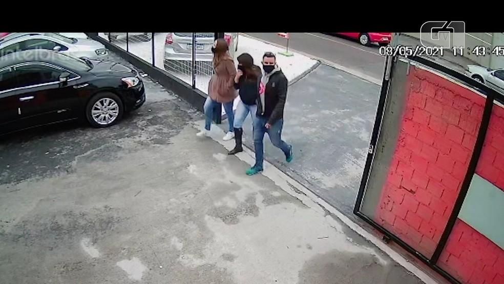 Mulher que aparece no meio na imagem foi presa. Os outros dois são procurados. — Foto: Reprodução/Câmera de Segurança