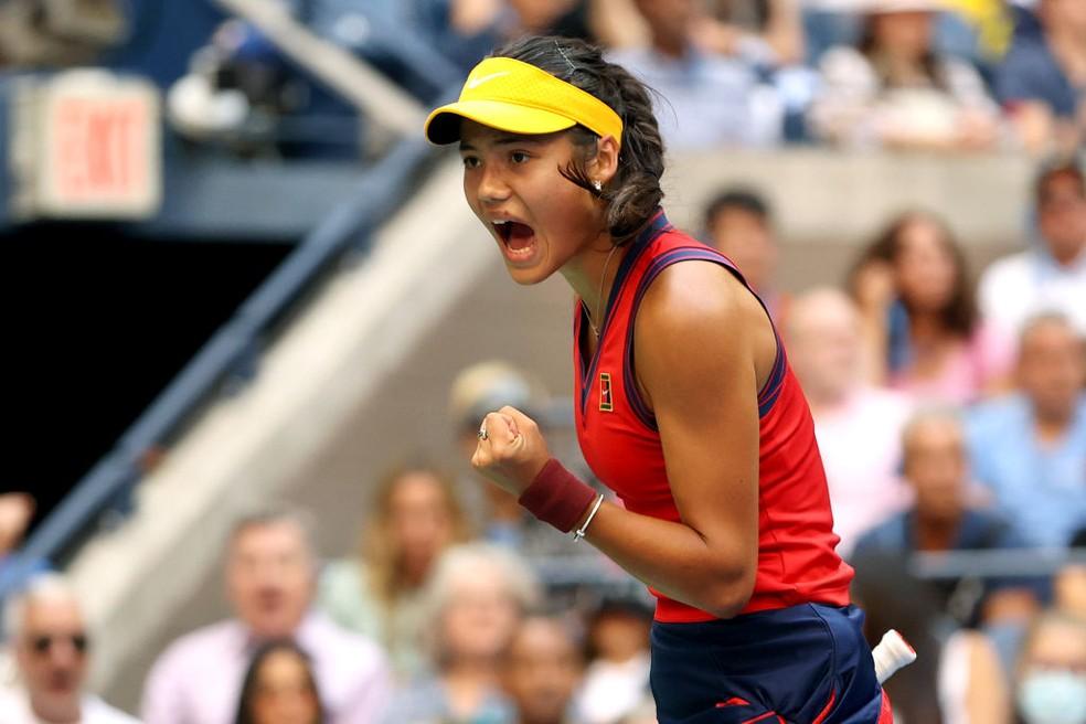 Emma Raducanu comemora ponto na final do US Open — Foto: Elsa/Getty Images