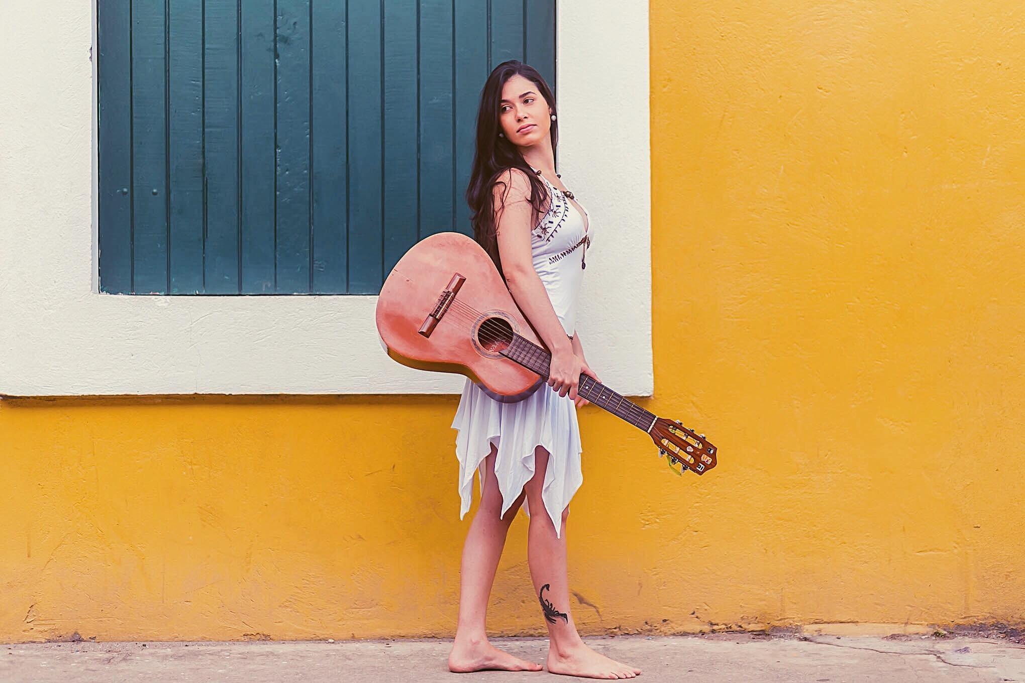 Paraibana Madu Ayá lança single e clipe 'Porcentagem', em parceria com Roberto Kuelho