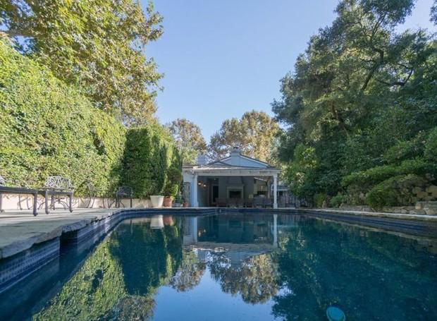 Uma grande piscina é cercada por árvores (Foto: The MLS/ Reprodução)
