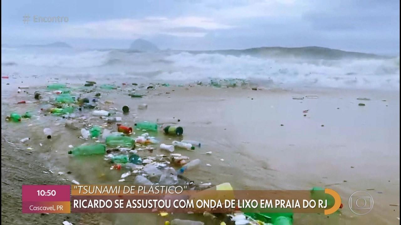 Mar de plástico chega à praia carioca após chuva
