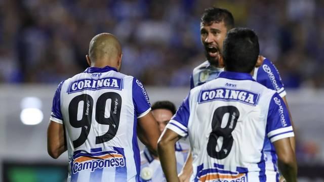 Alecsandro comemora o primeiro gol pelo CSA