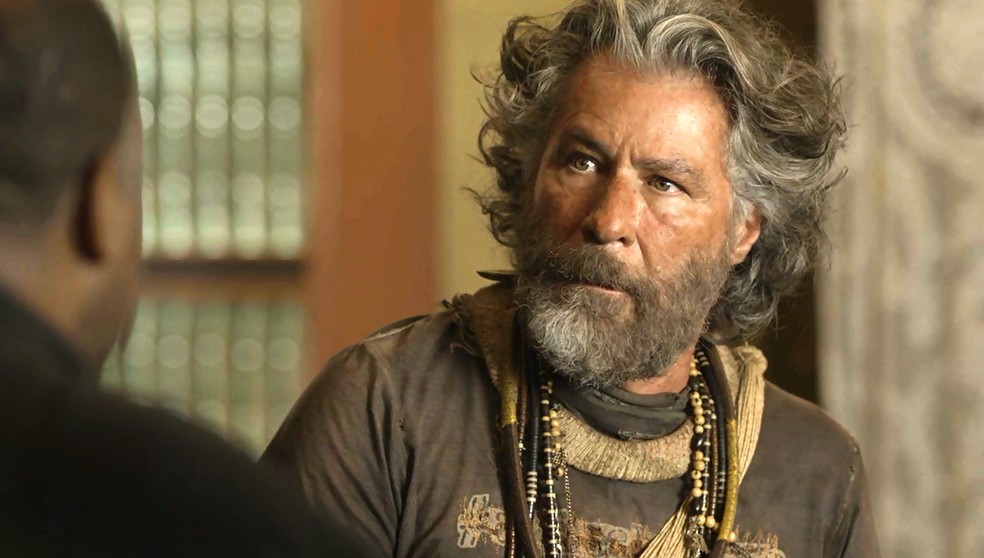 Feliciano (Leopoldo Pacheco) acha que Ramiro (Ailton Graça) deve aceitar a sua missão, em 'O Sétimo Guardião' — Foto: TV Globo
