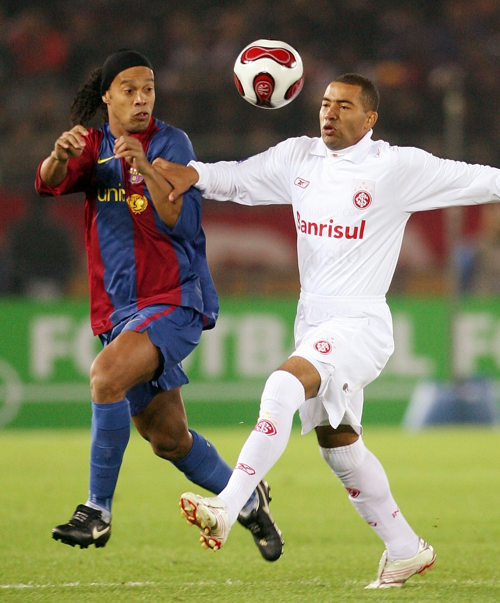 Wellington Monteiro e Ronaldinho Gaúcho na final do Mundial de Clubes de 2006 — Foto: Toru Yamanaka/AFP