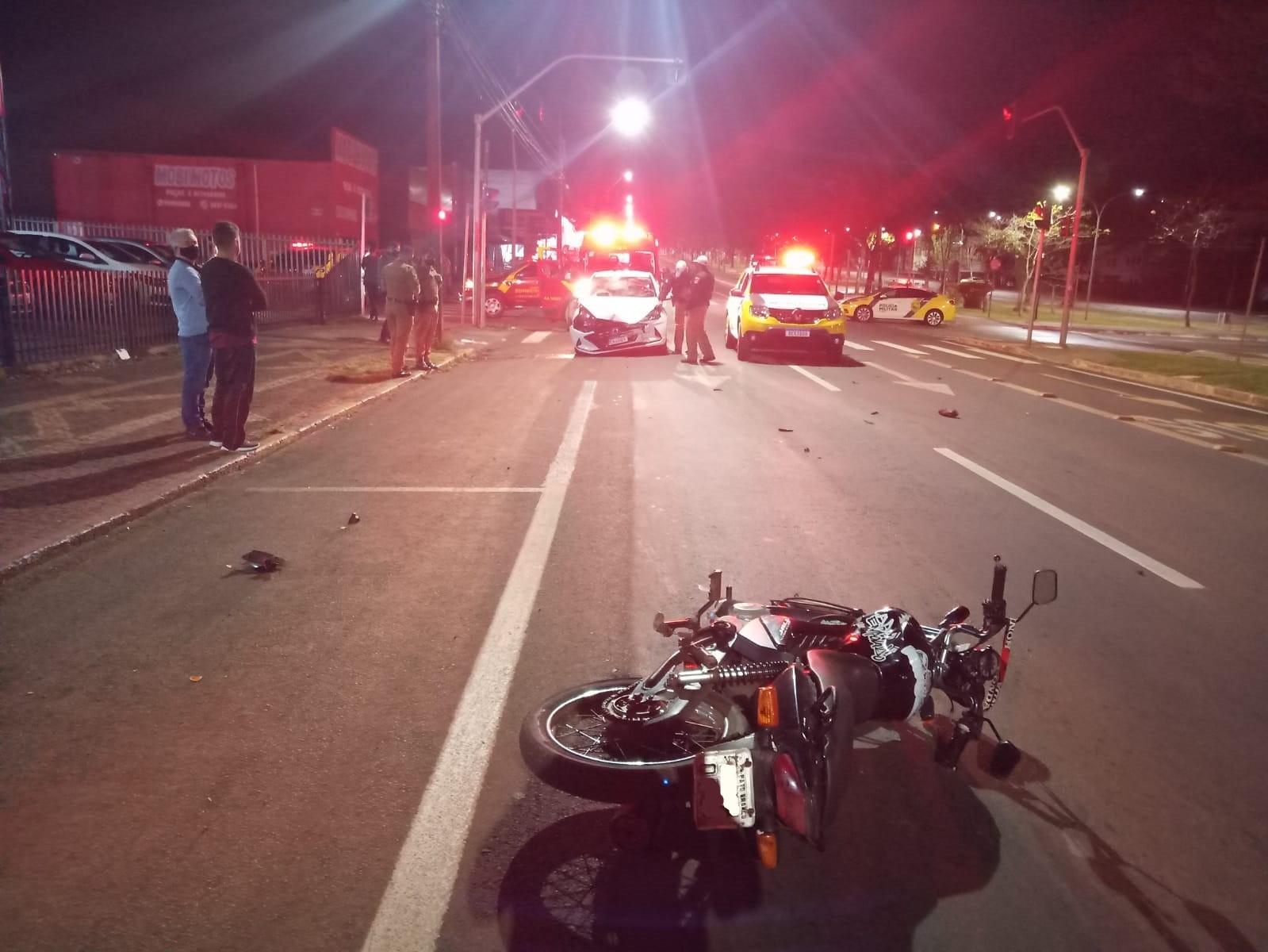 Motociclista sem habilitação e motorista suspeito de dirigir bêbado se envolvem em acidente em Cascavel, diz PM