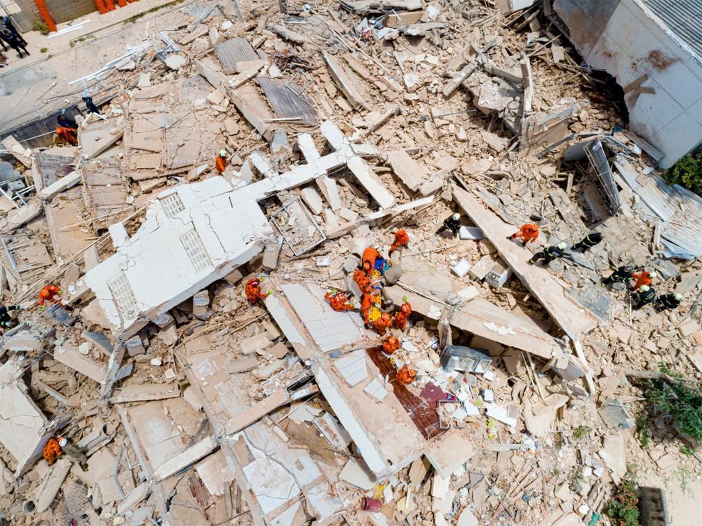 Imagem de drone mostra buscas em meio a destroços de prédio que desabou em Fortaleza — Foto: Gustavo Pollizzon/G1