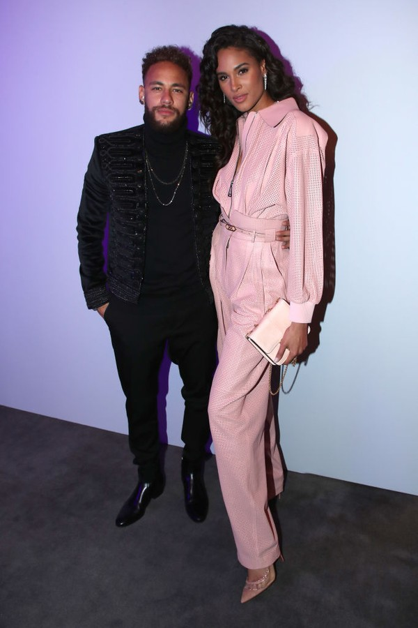 PARIS, FRANCE - DECEMBER 12: Football player Neymar Jr. and model Cindy Bruna attend the Annual Charity Dinner hosted by the AEM Association Children of the World for Rwanda AIn on December 12, 2019 in Paris, France. (Photo by Bertrand Rindoff Petroff/Get (Foto: Getty Images)